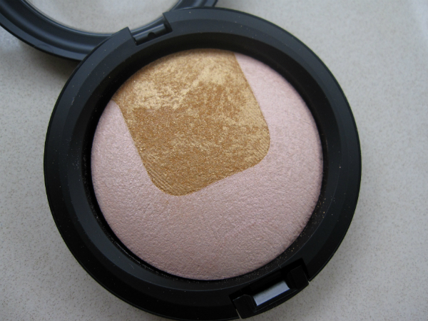 MAC Divine Night Mineralize Skinfinish Centre of Attention